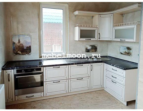 Белая кухня в стиле кантри, угловая