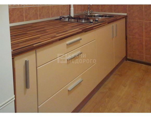 Бежевая кухня в современном стиле без верхних шкафов