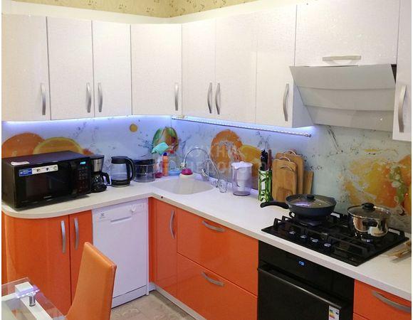 Кухня в современном стиле, прямая, радиусный фасад