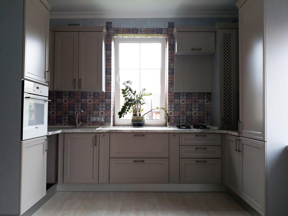П-образная светлая кухня МДФ в эмали 283