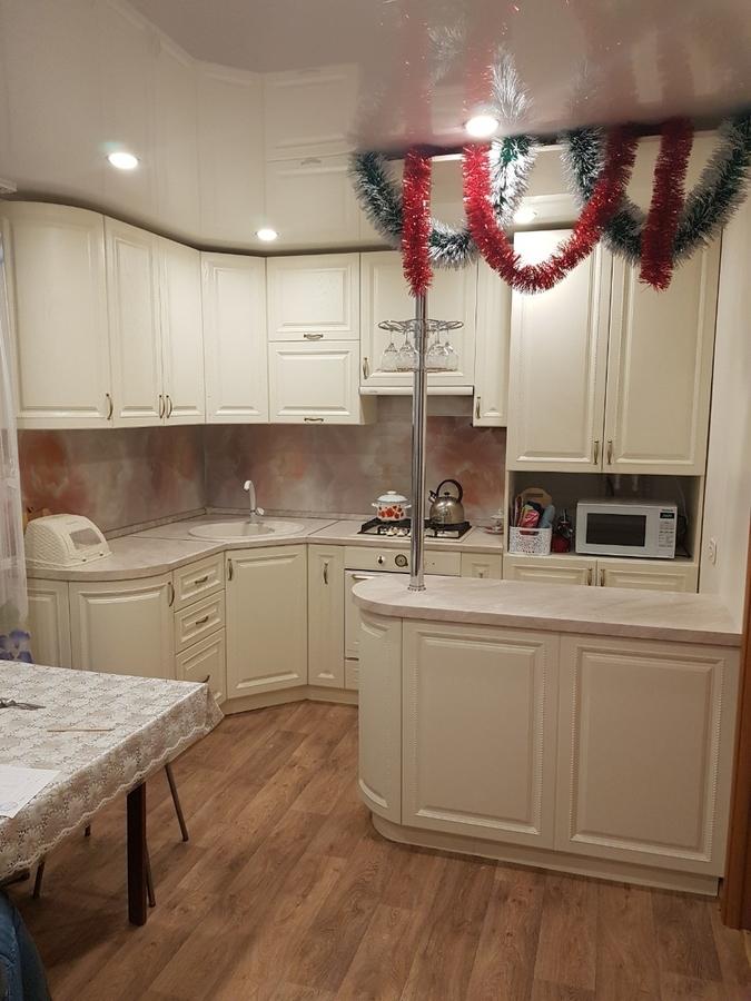 маленькая угловая светлая кухня МДФ в ПВХ 70»с островомс барной стойкой