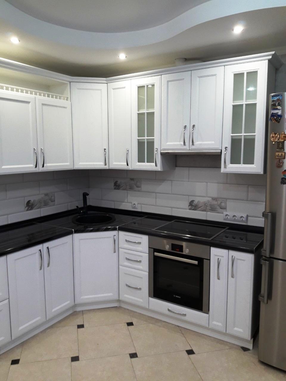маленькая угловая светлая кухня МДФ в ПВХ 540