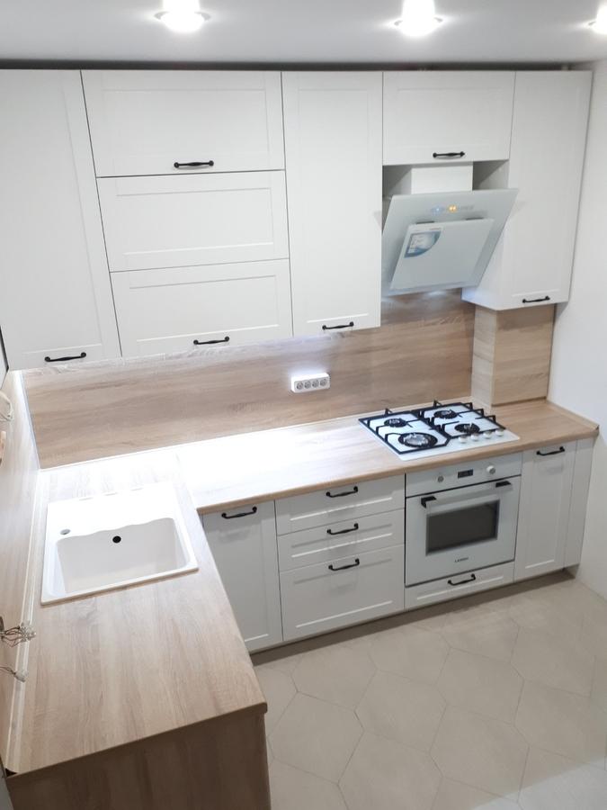 маленькая угловая светлая кухня МДФ в ПВХ 500