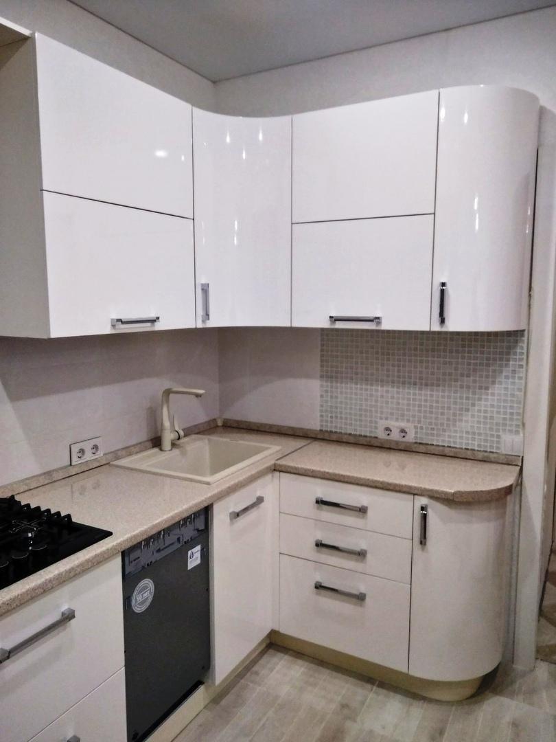 маленькая угловая светлая кухня МДФ в ПВХ 532