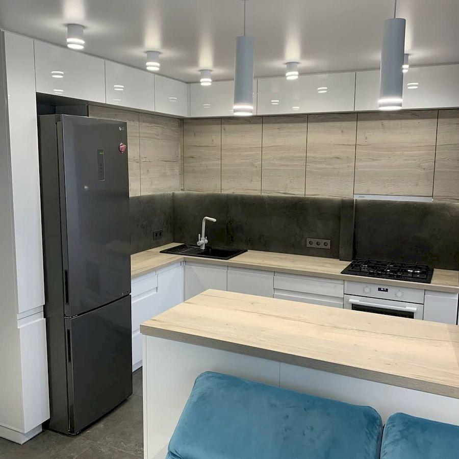 Угловая светлая кухня МДФ в эмали 670»с островомс барной стойкой