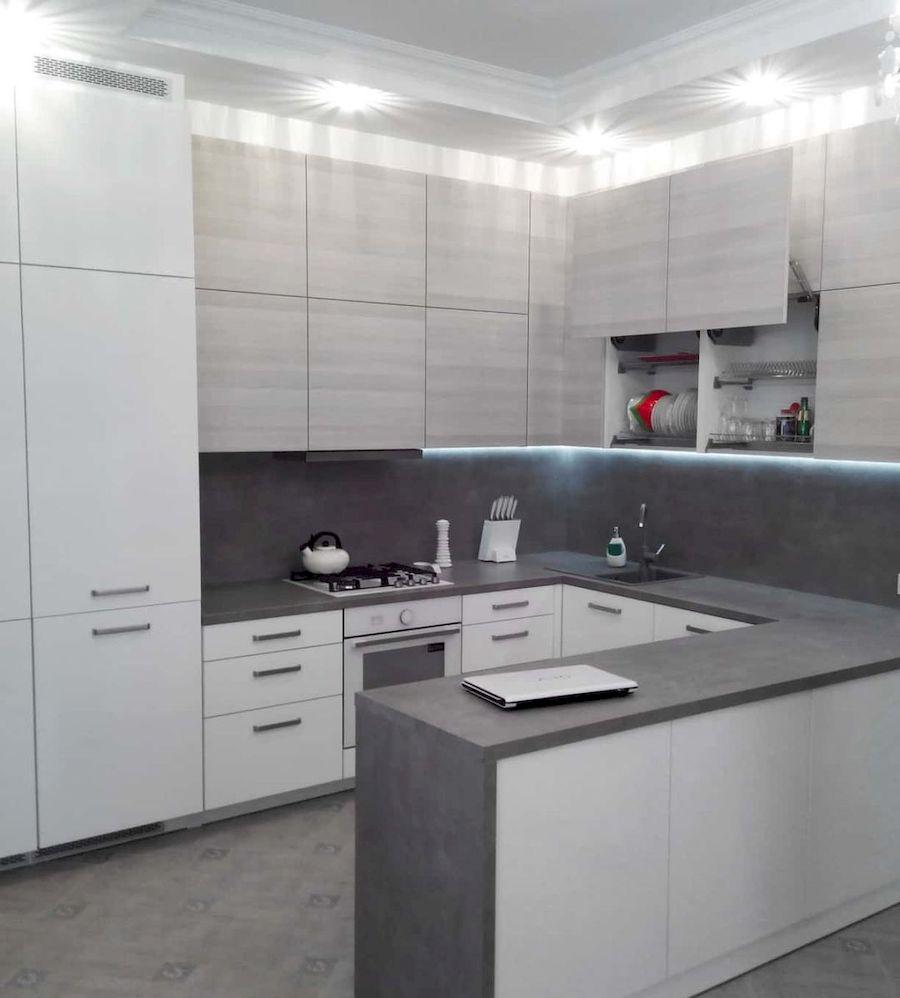 П-образная светлая кухня из ЛДСП 650