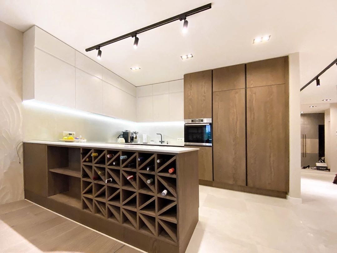 П-образная светлая кухня МДФ в эмали 618 с барной стойкой