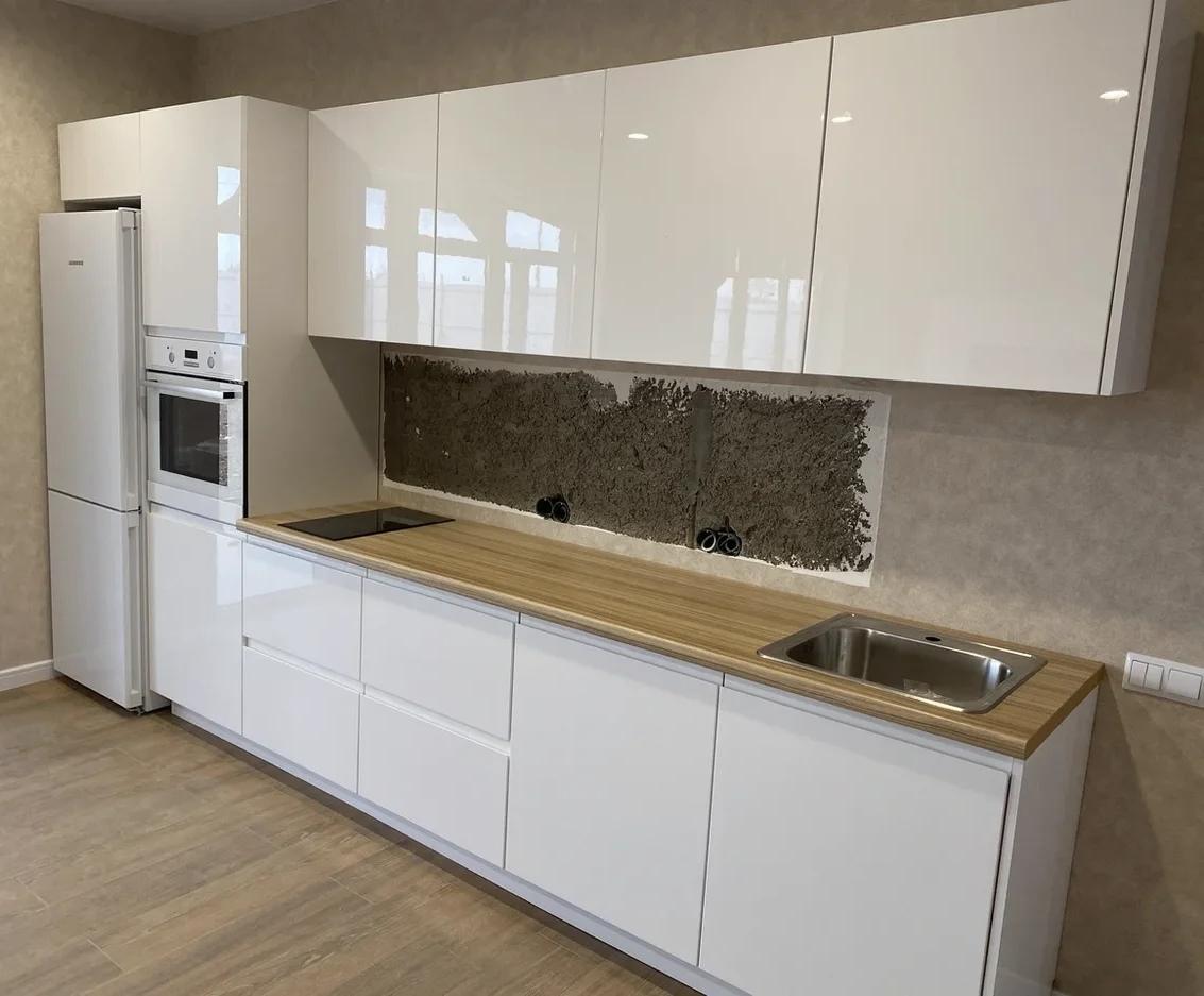 маленькая прямая светлая кухня МДФ в эмали 570
