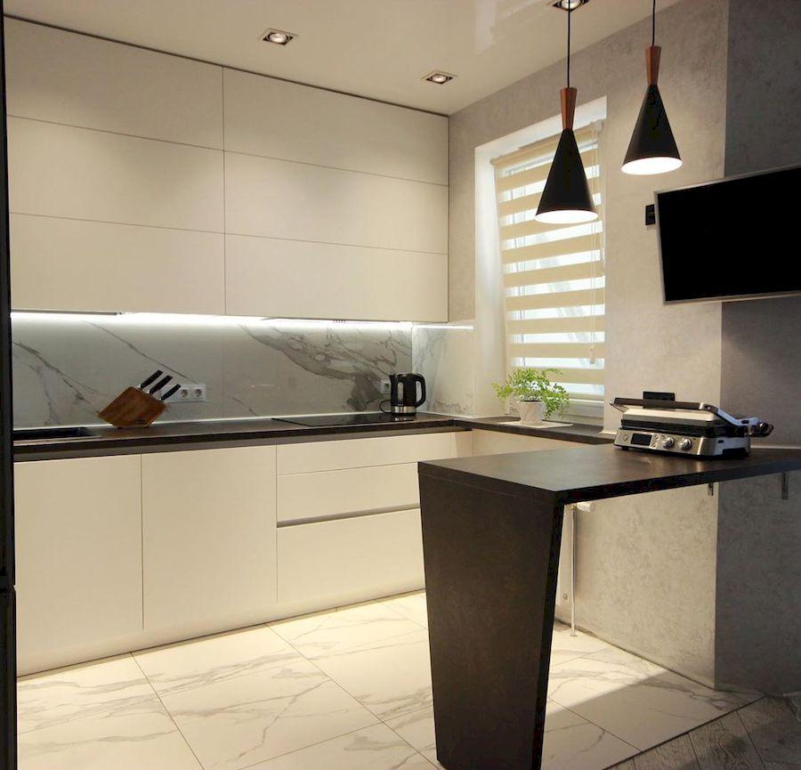 маленькая угловая светлая кухня МДФ в ПВХ 660 с барной стойкой