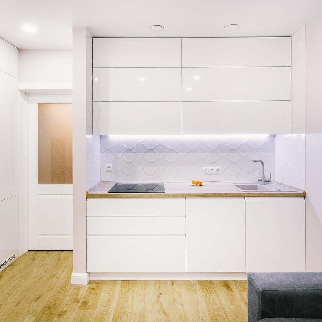 маленькая прямая светлая кухня МДФ в эмали 604