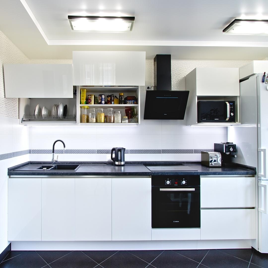 маленькая прямая светлая кухня из пластика 608
