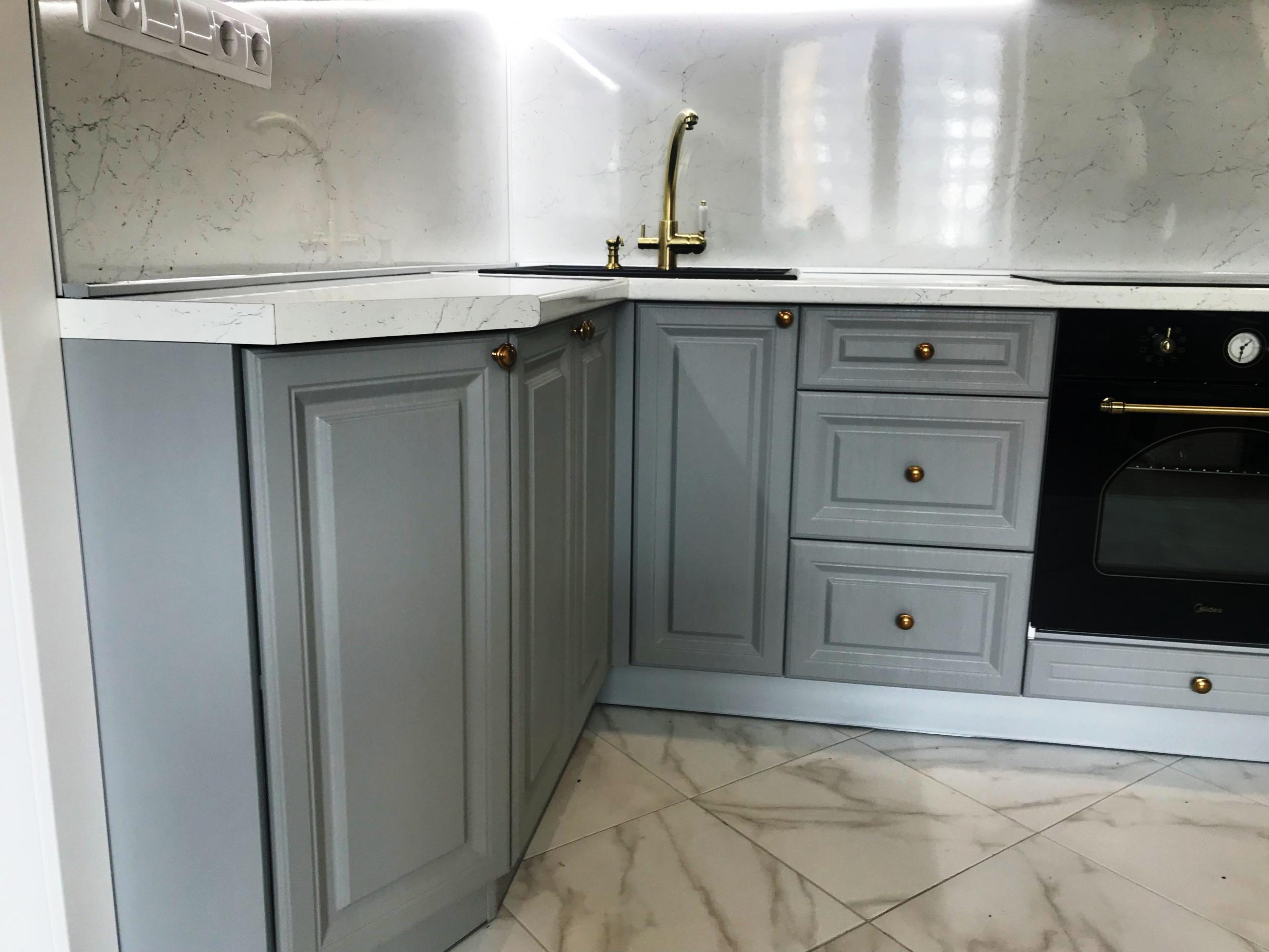 маленькая угловая темная кухня МДФ в эмали 548