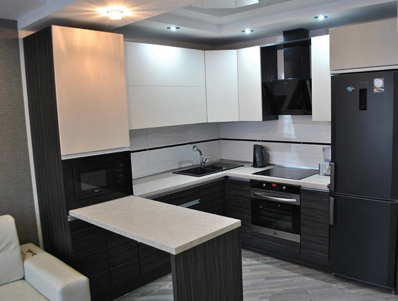 Угловая светлая кухня из ЛДСП 453 с барной стойкой