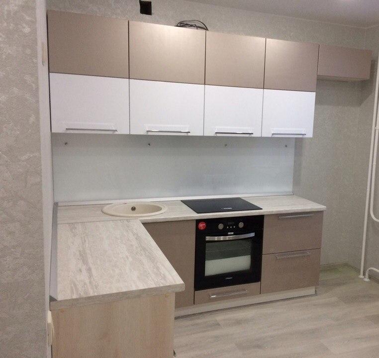 маленькая угловая светлая кухня из пластика 454