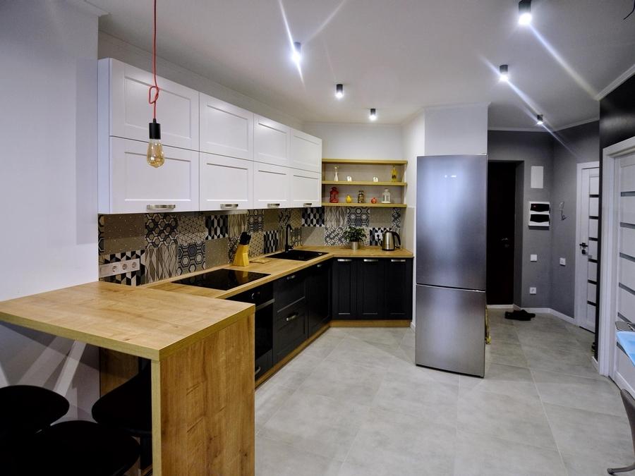 Угловая светлая кухня МДФ в пленке ПВХ 112 с барной стойкой