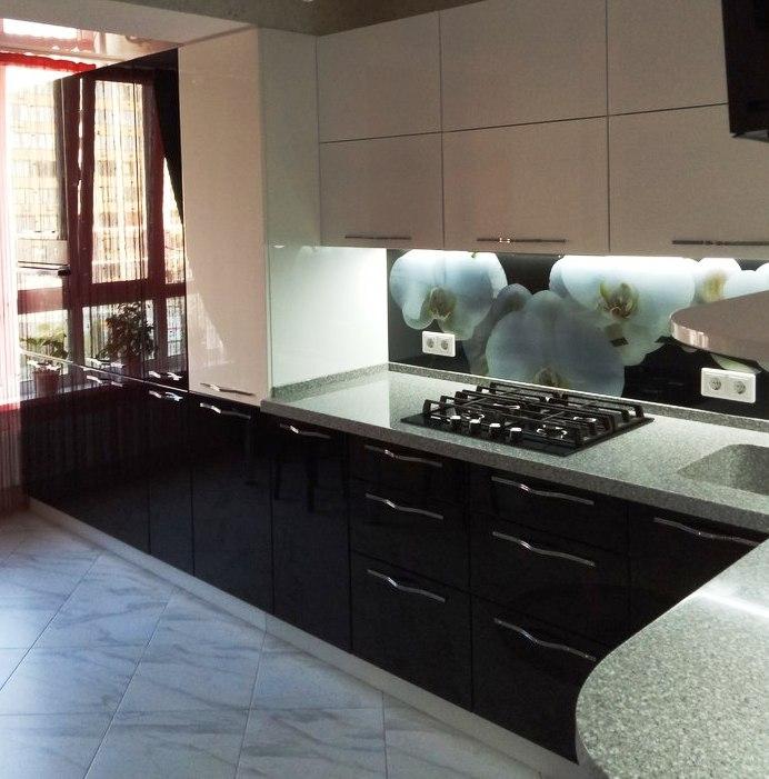Угловая светлая кухня из пластика 382