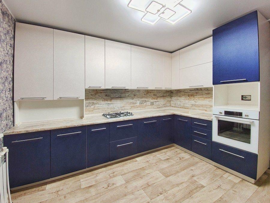 Угловая светлая кухня МДФ в ПВХ 555