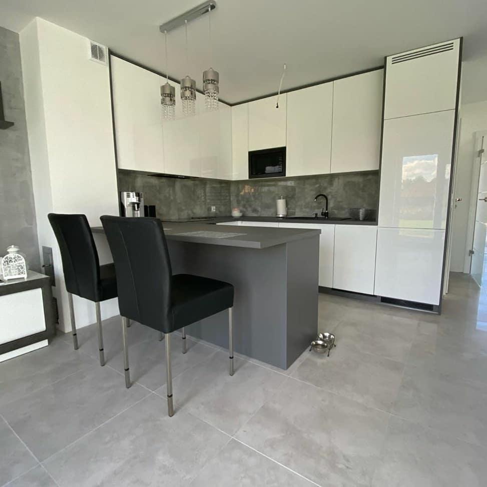 П-образная светлая кухня МДФ в эмали 627 с барной стойкой