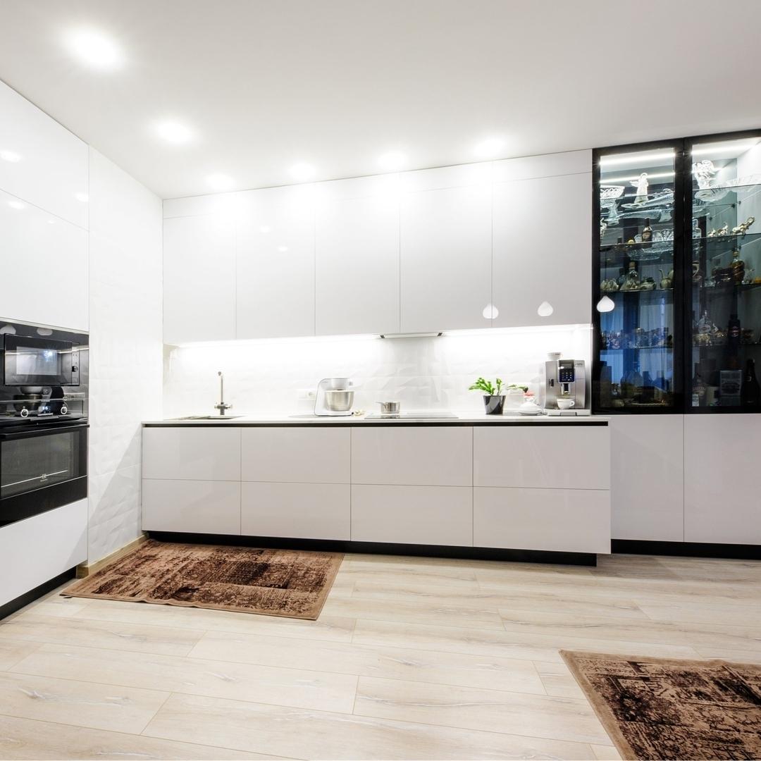 Угловая светлая кухня МДФ в эмали 606