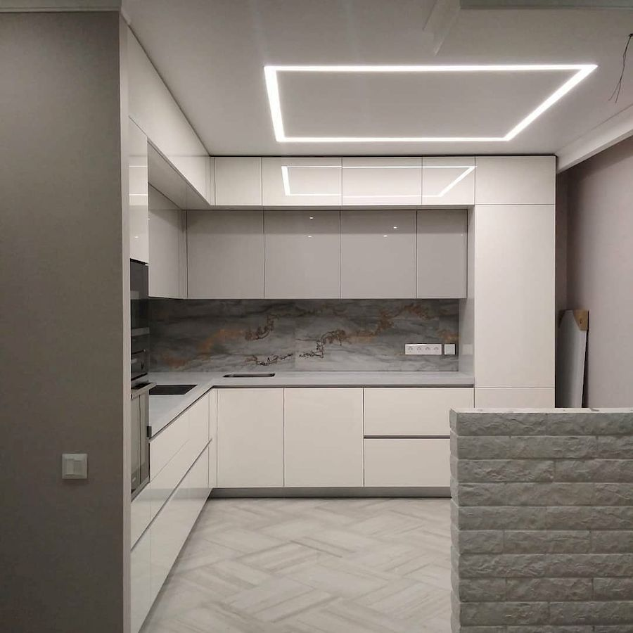Угловая светлая кухня из акрила 646