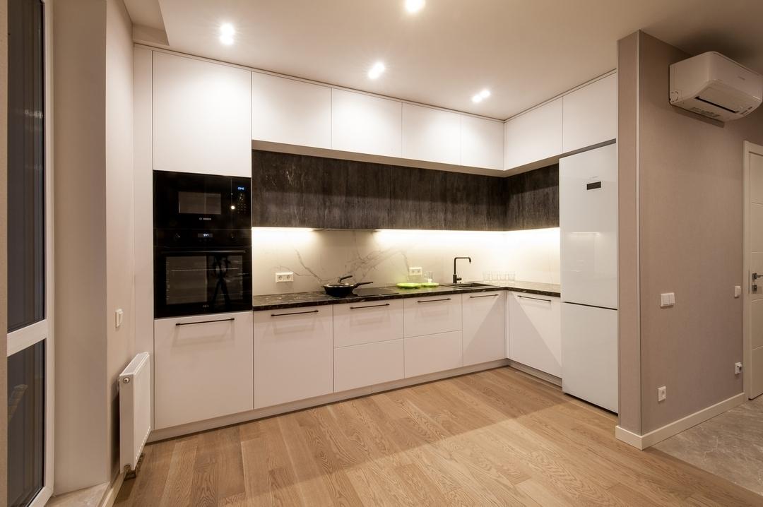 Угловая светлая кухня из пластика 611