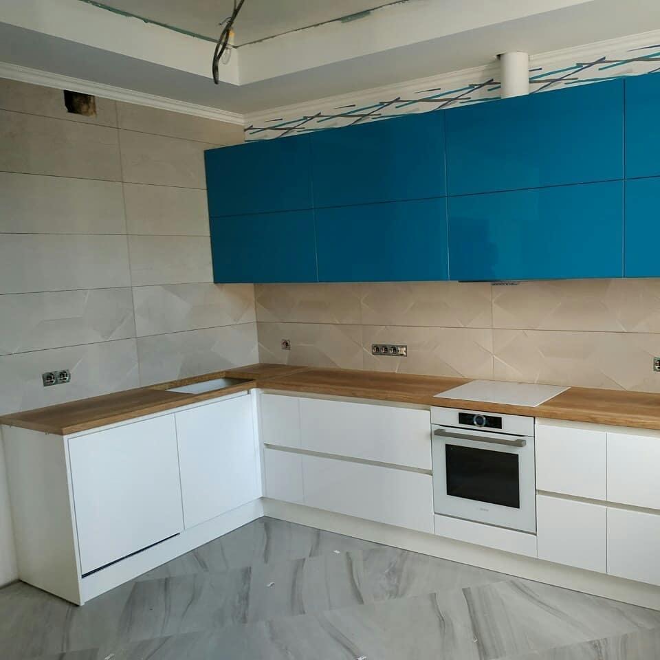 Угловая светлая кухня МДФ в эмали 625