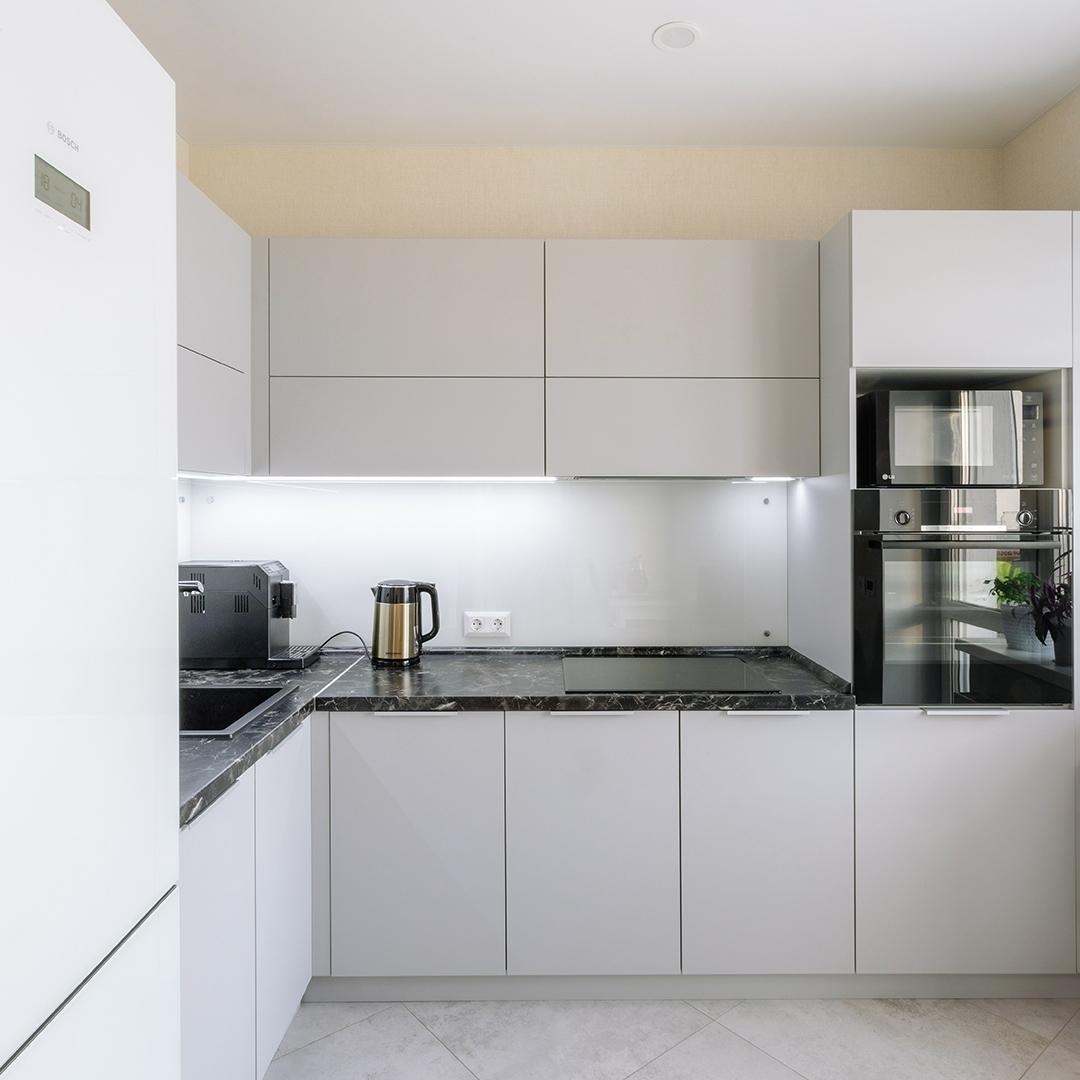 маленькая угловая светлая кухня из пластика 610