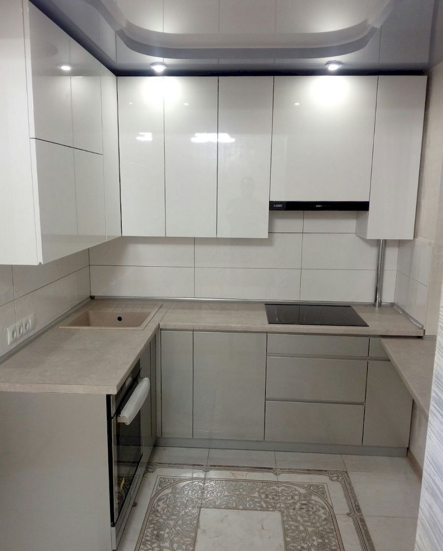 маленькая угловая светлая кухня МДФ в ПВХ 657