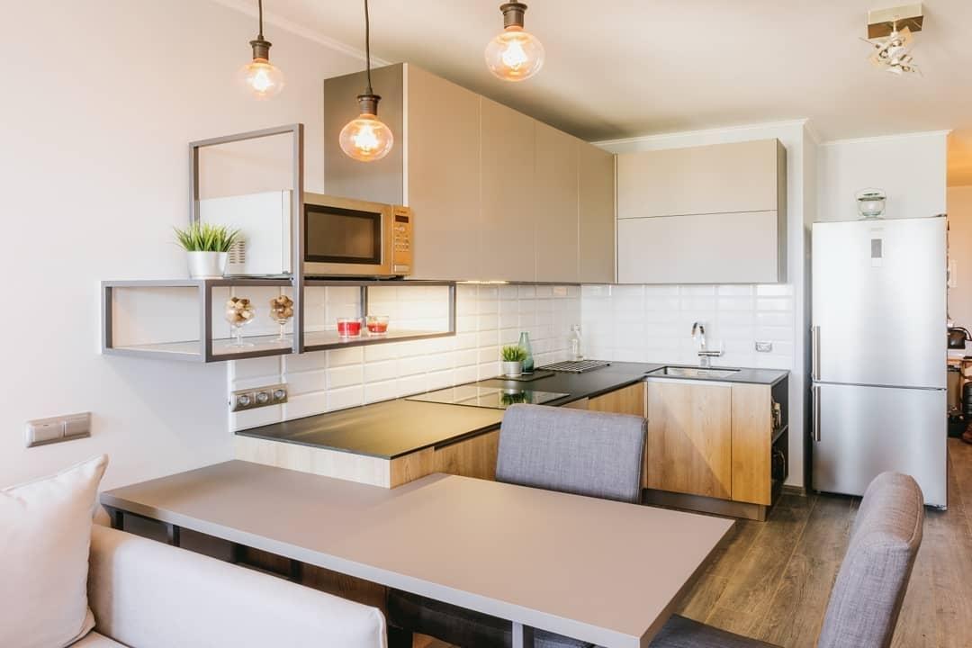 маленькая угловая светлая кухня МДФ в ПВХ 613 с барной стойкой