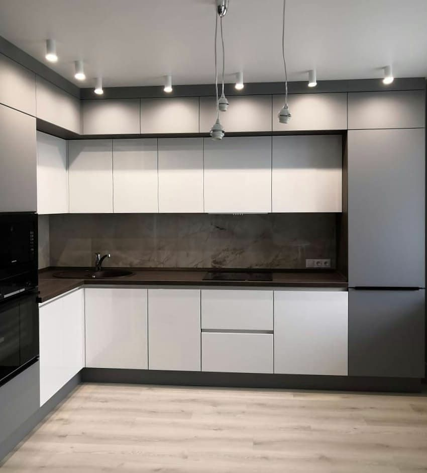 Угловая светлая кухня МДФ в эмали 636