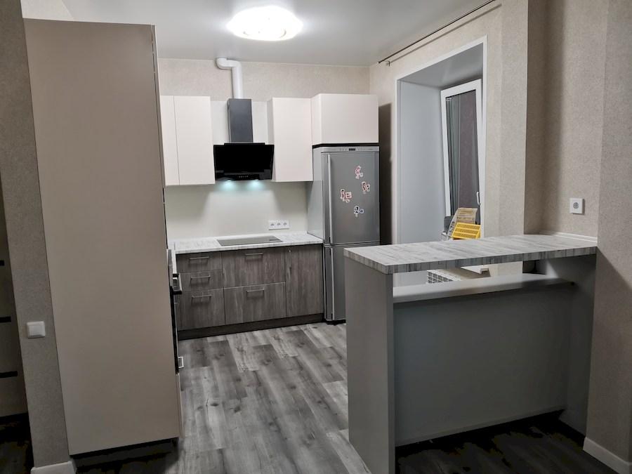 маленькая угловая светлая кухня МДФ в ПВХ 580 с барной стойкой