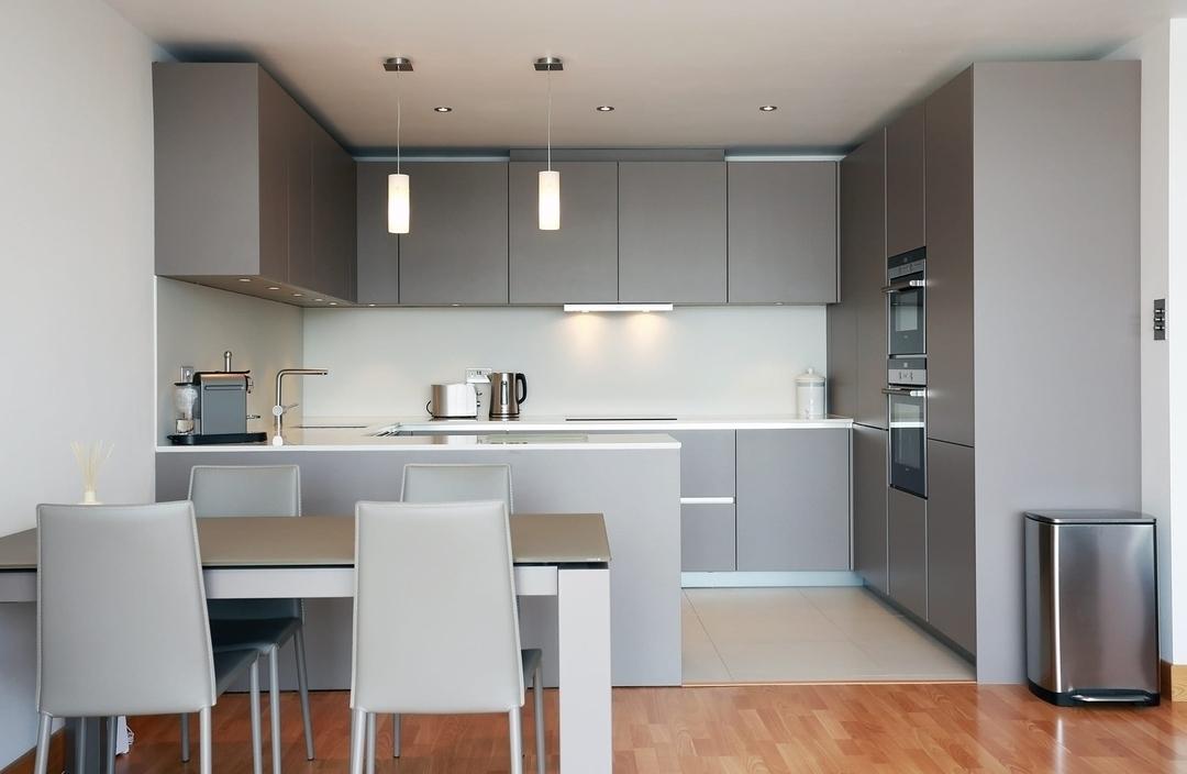 П-образная светлая кухня МДФ в эмали 603 с барной стойкой