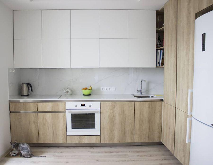 маленькая угловая светлая кухня из пластика 649