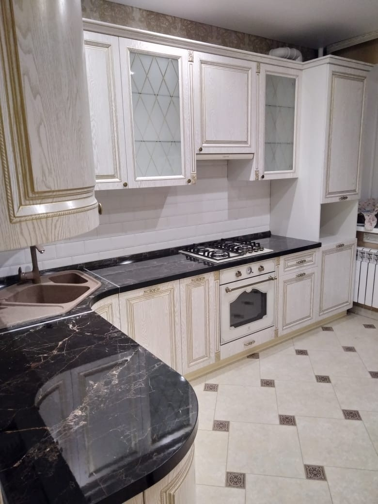 Угловая светлая кухня из шпона 581